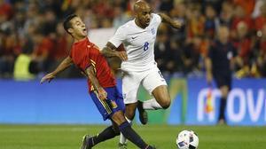 Thiago choca con Fabian Delph en la jugada en la que se lesionó, el viernes, en Alicante.