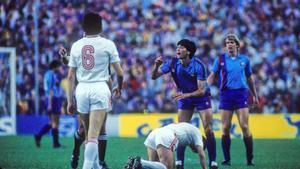 Carrasco protesta al árbitro Michel Vautrot en la final contra el Steaua de 1986, en el Sánchez Pizjuán.