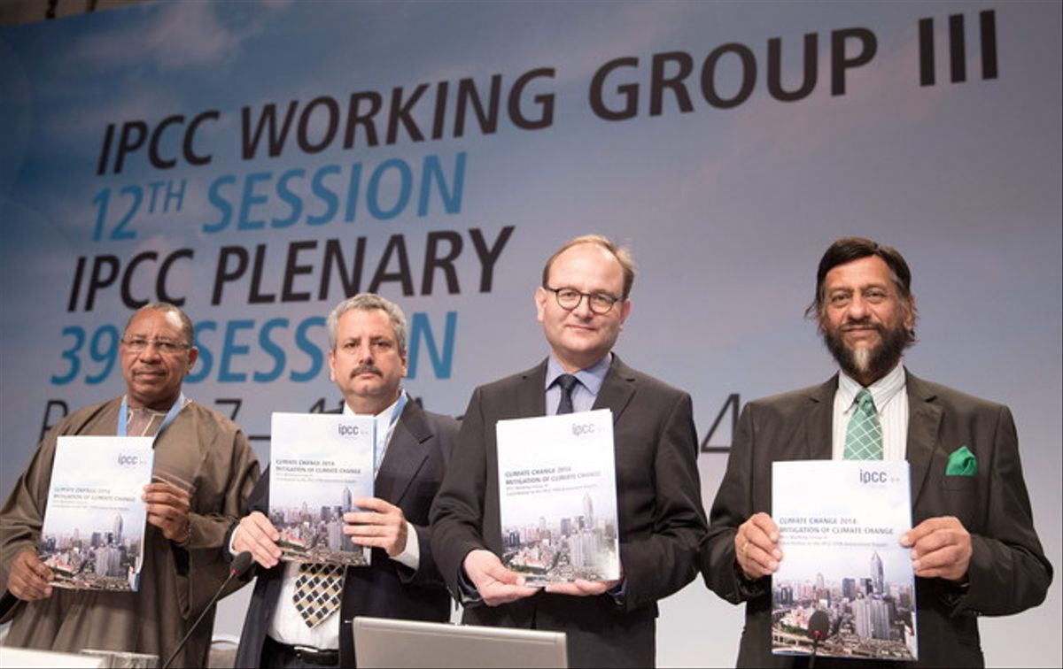Los expertos del IPCC Youba Sokona; Ramon Pichs Madruga; Ottmar Edenhofer y Rajendra Pachauri muestran el informe sobre el cambio climático, este domingo.