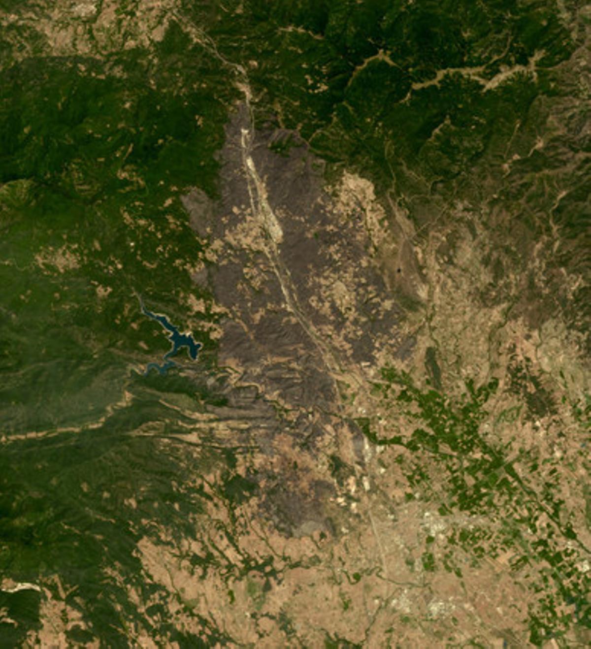 Imagen por satélite de la zona afectada por el incendio del Alt Empordà, ayer.