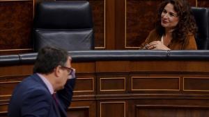 La ministra de Hacienda, María Jesús Montero, y el portavoz del PNV, Aitor Esteban, en el pleno del Congreso.