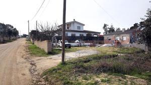 Una calle de la urbanización Malavella Park, en Caldes de Malavella, donde hay varias casas okupadas.