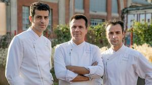 De izquierda a derecha, Mateu Casañas, Oriol Castro y Eduard Xatruch, el trío del restaurante Disfrutar, en Barcelona.