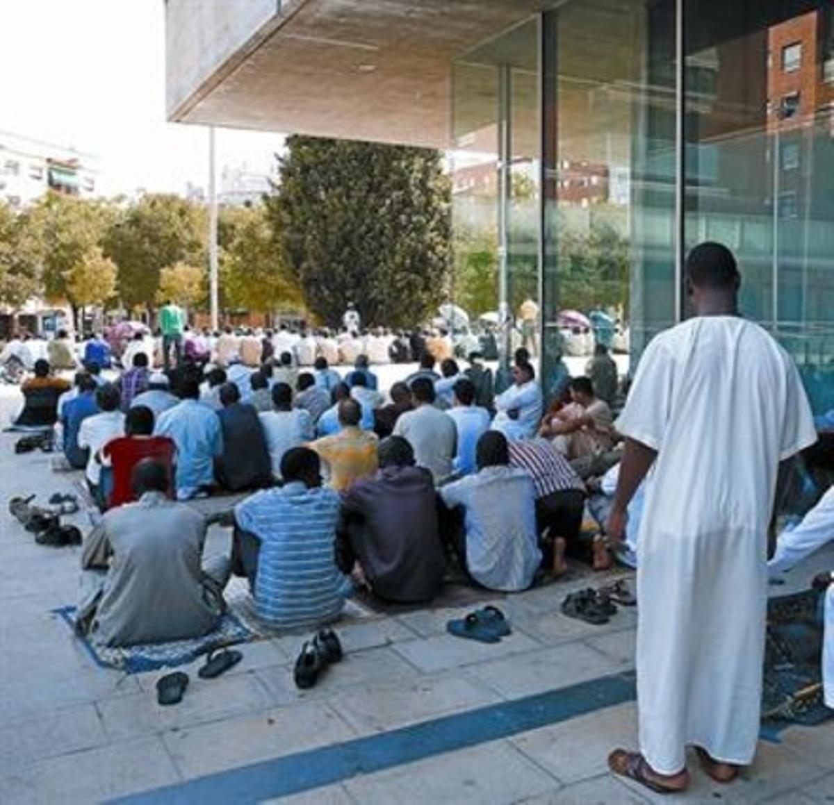 Miembros de la comunidad musulmana de Al Huda rezan ante el Ayuntamiento de Mollet, ayer por la tarde.