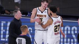 El técnico de los Nuggets, Mike Malone celebra con Jokic y Murray la clasificación para la final del Oeste