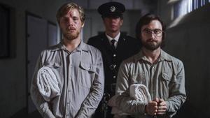 Daniel Radcliffe, a la derecha, en un fotgorama de 'Fuga de Pretoria'