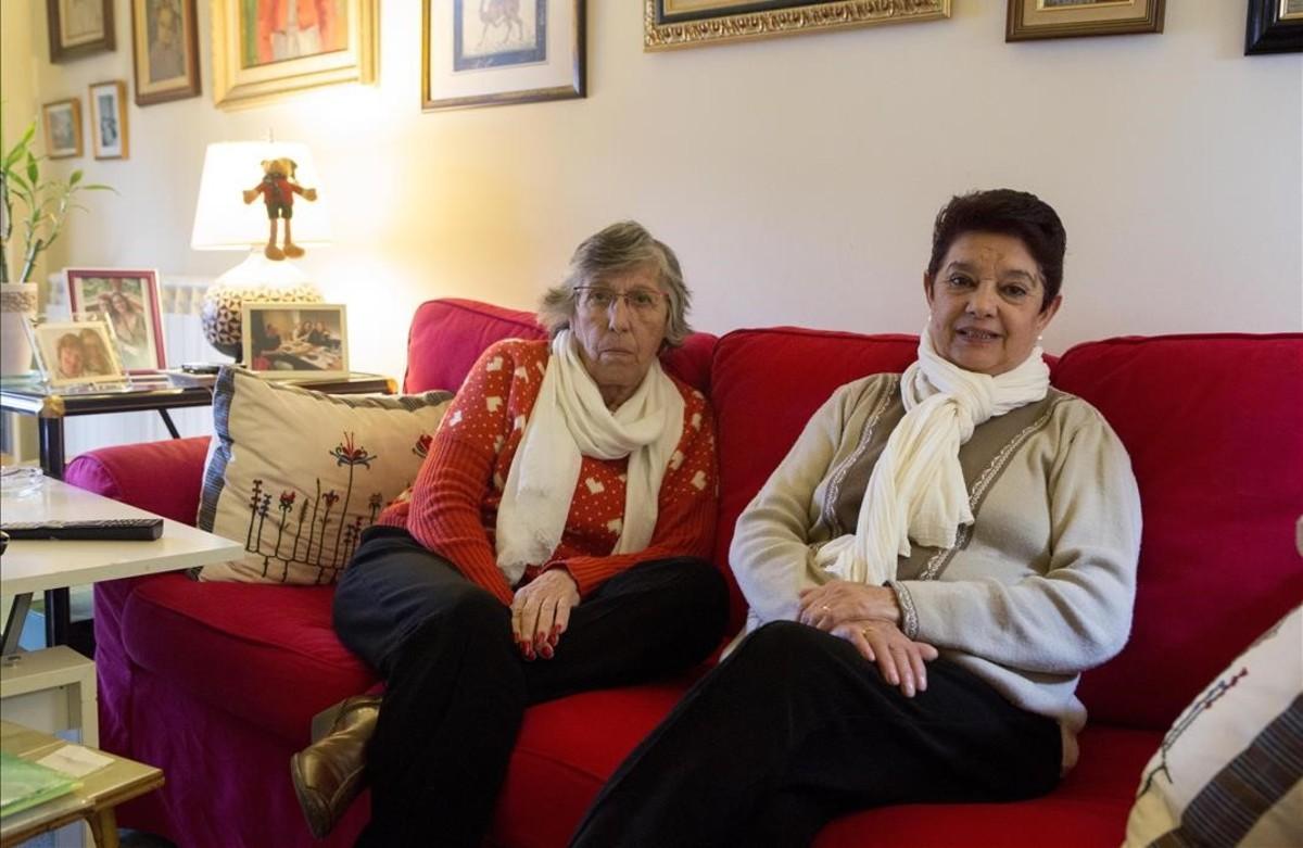 Julietta Ortiz, de rojo, a la izquierda, y Lidia Pigazos, en el piso de la primera en Barcelona.