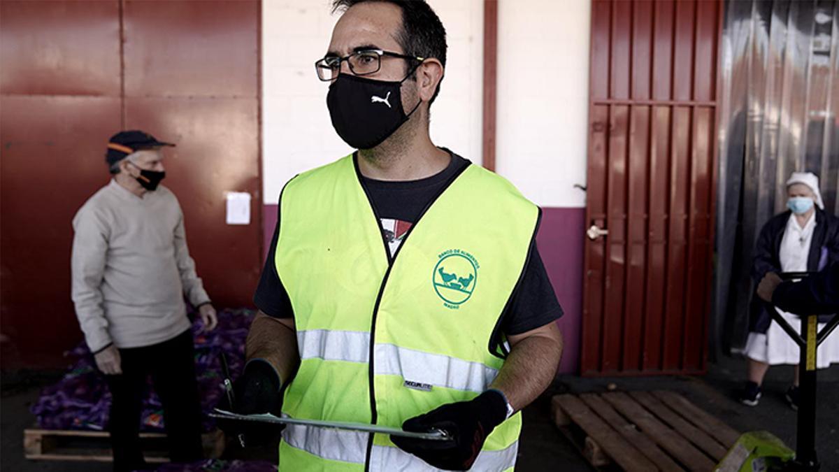 Iker, voluntario del Banco de alimentos, en el almacénde la delegación de Mercamadrid.