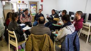 Reunión de personas con adicciones del Projecte Home Catalunya, que ha firmado una alianza con la Fundación La Caixa hasta 2022
