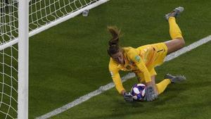 Alyssa Naeher salva a Estados Unidos al detener el penalti que habría supuesto el 2-2 para Inglaterra.
