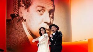 La cantante Diana Navarro y el cómico Carlos Latre durante su actuación homenaje a Berlanga