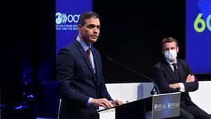 El presidente del Gobierno, Pedro Sánchez, interviene en el acto del 60º aniversario de la OCDE en presencia de Emmanuel Macron, este lunes en París.