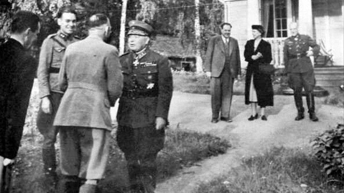 Himmler (de espaldas), saluda al militar finlandés Eino Suolahti; al fondo su médico Felix Kersten (de civil), en una imagen de 'Las confesiones de Himmler'.
