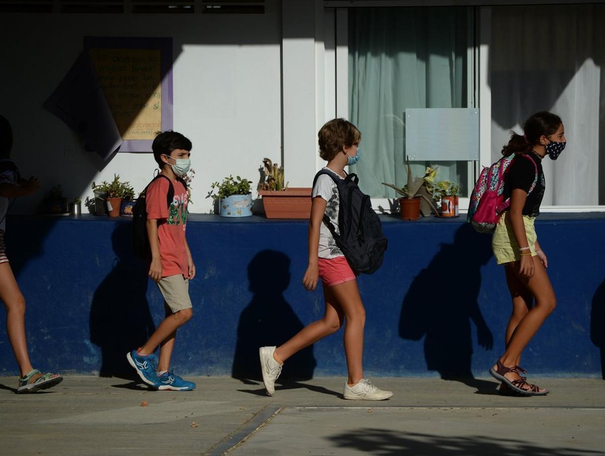 Un grupo de niños llega al colegio en Mairena del Aljarafe (Sevilla).