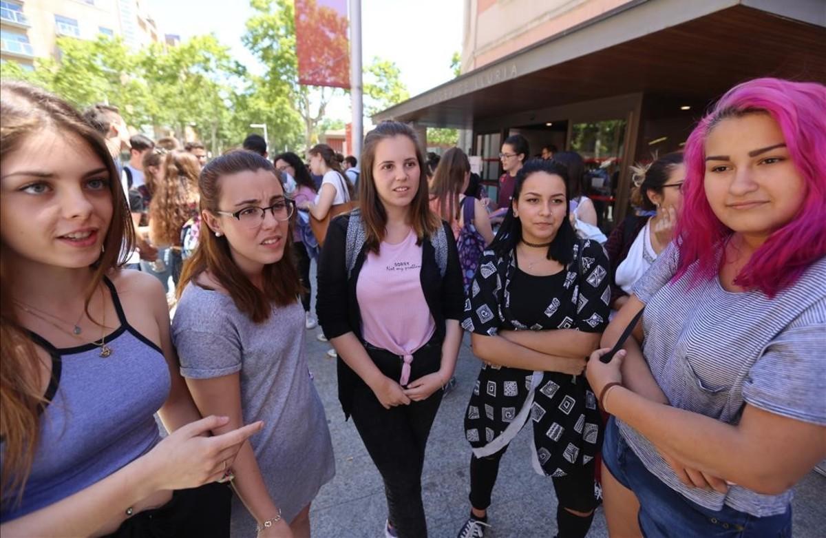 Alumnas del IES Infanta Isabel d'Aragó, en una pausa de las pruebas, en el Campus Ciutadella de la UPF.