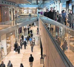 Compradores en el centro comercial de la Illa, en uno de los domingos abiertos.