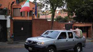 Imagen de los exteriores de la embajada de Italia en Caracas, donde se encuentran refugiados los diputadosMariela Magallanes yAmérico de Grazia.