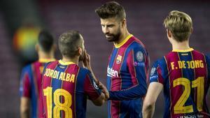 Piqué habla con Alba y De Jong durante el Barça - Dinamo de Kiev