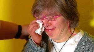 Las lágrimas de Julia esconden el dolor del rechazo. Hace unos días fue expulsada de una charla publicitaria por tener síndrome de Down.