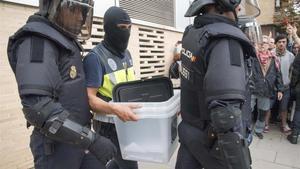 Antidisturbios de la Policía Nacional retiran urnas en Lleida el 1-O