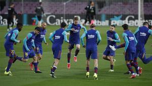 Los jugadores del Barça calientan antes del partido contra el Elche.