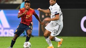 Ansu intenta escaparse de Serdar, el jugador alemán, en su debut con España.
