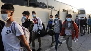 Un grupo de menores no acompañados de los campos de Grecia que serán trasladados a Alemania y Luxemburgo, este miércoles en el puerto del Pireo.