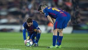 Mesis prepara el lanzamiento de una falta ante la mirada de Suárez y Alba.
