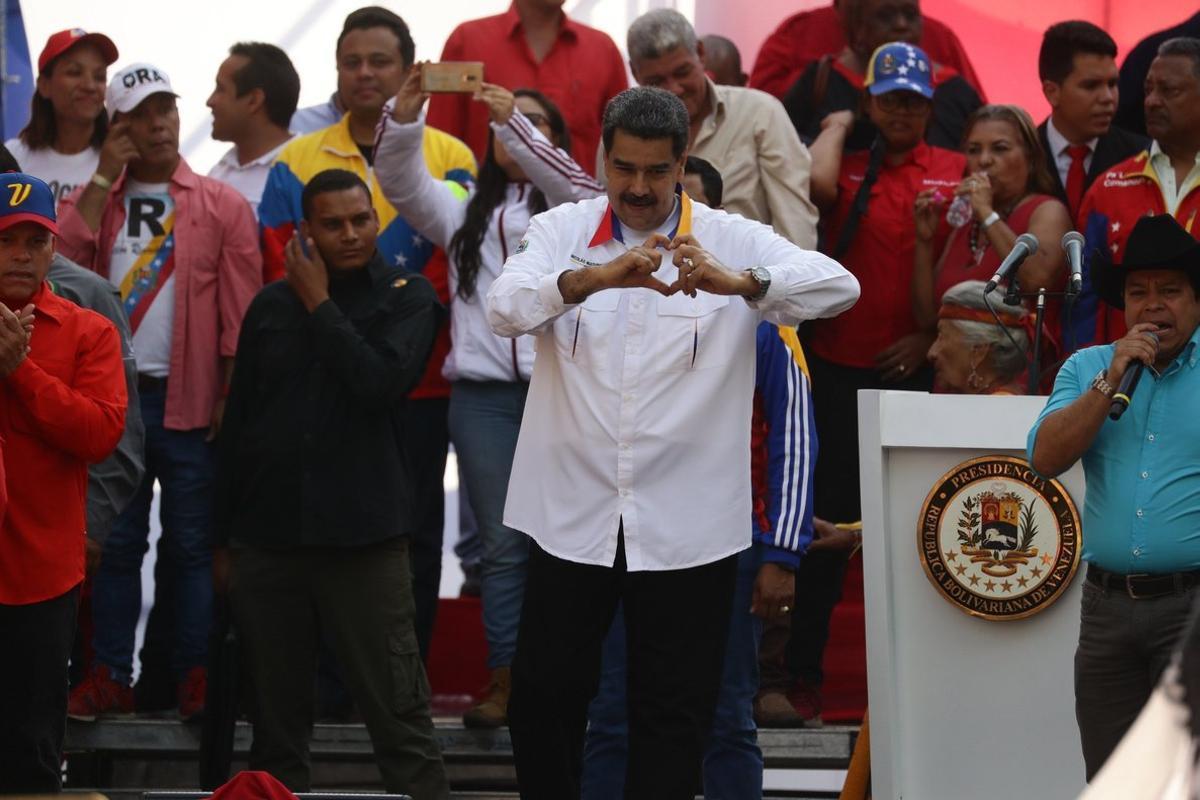 AME4365  CARACAS  VENEZUELA   20 05 2019 - El presidente de Venezuela  Nicolas Maduro  c   participa en un acto de gobierno este lunes  en Caracas  Venezuela   para celebrar el primer aniversario de las elecciones de Venezuela  de las que el presidente Nicolas Maduro se proclamo ganador  y que no han sido reconocidas por la comunidad internacional debido a supuestas irregularidades  EFE  Rayner Pena