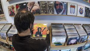 Un cliente mira discos en Barcelona City Records, este viernes.