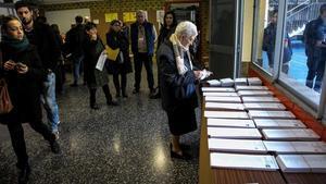 Una señora ante lamesa de las papeletas, en el colegio La Salle de Gràcia.