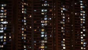 Imagen de archivo de un edificio de noche