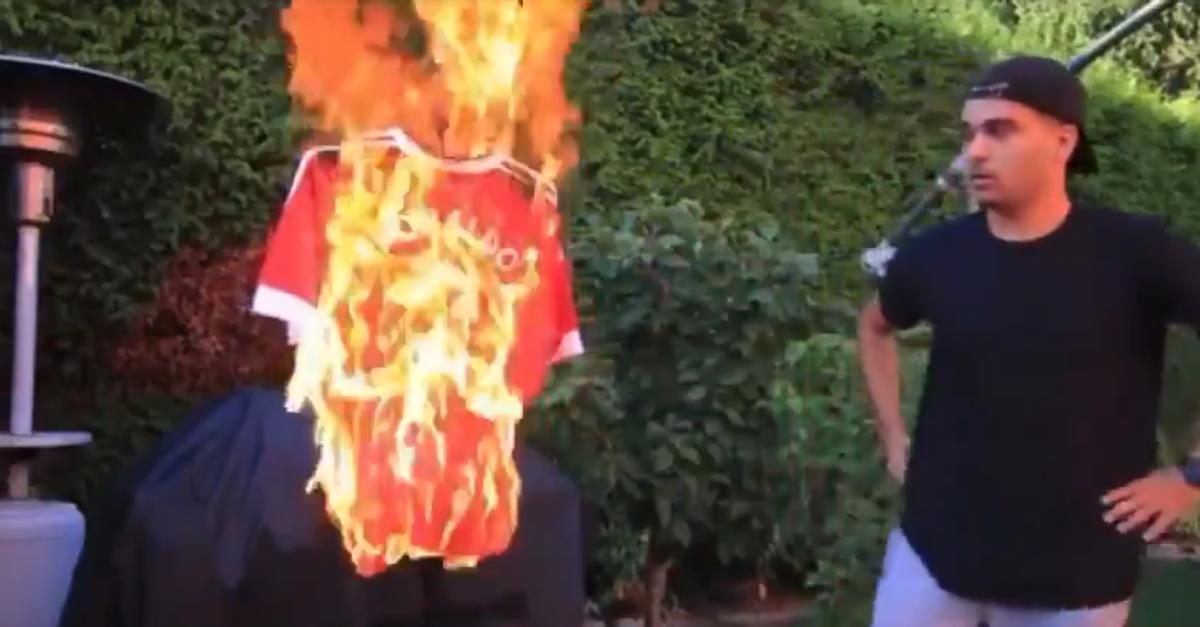 Un fan del United se precipitó al quemar la camiseta de cristiano ronaldo