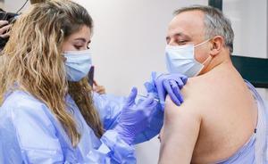 Vacunación del personal sanitario de Sant Pau. En la foto, Rafael Padrós, de la dirección de servicios de riesgos laborales.