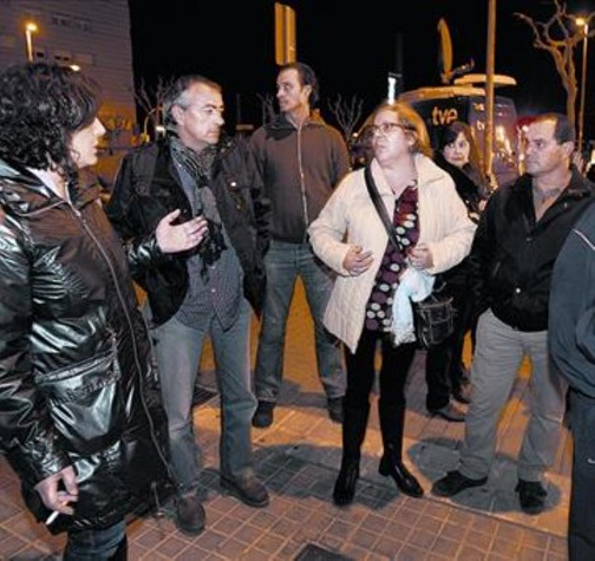 Vecinos y amigos de Óscar Sánchez lamentan el dictamen del juicio de Óscar, ayer en Montgat.