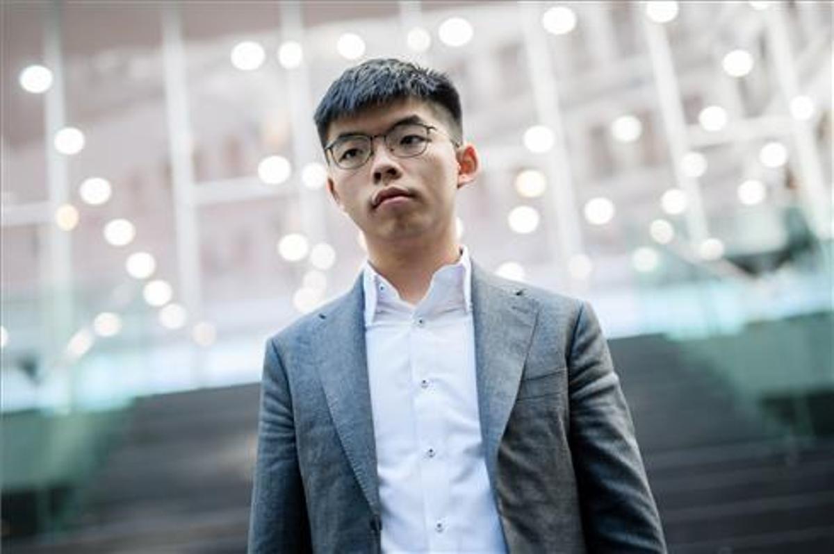 Joshua Wong posa para los medios de comunicación tras una rueda de prensa en la Conferencia Federal de Prensa en Berlín en 2019.