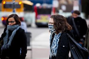 Dos mujeres se protegen del frío, en enero del año pasado junto a la estación de Sants de Barcelona.