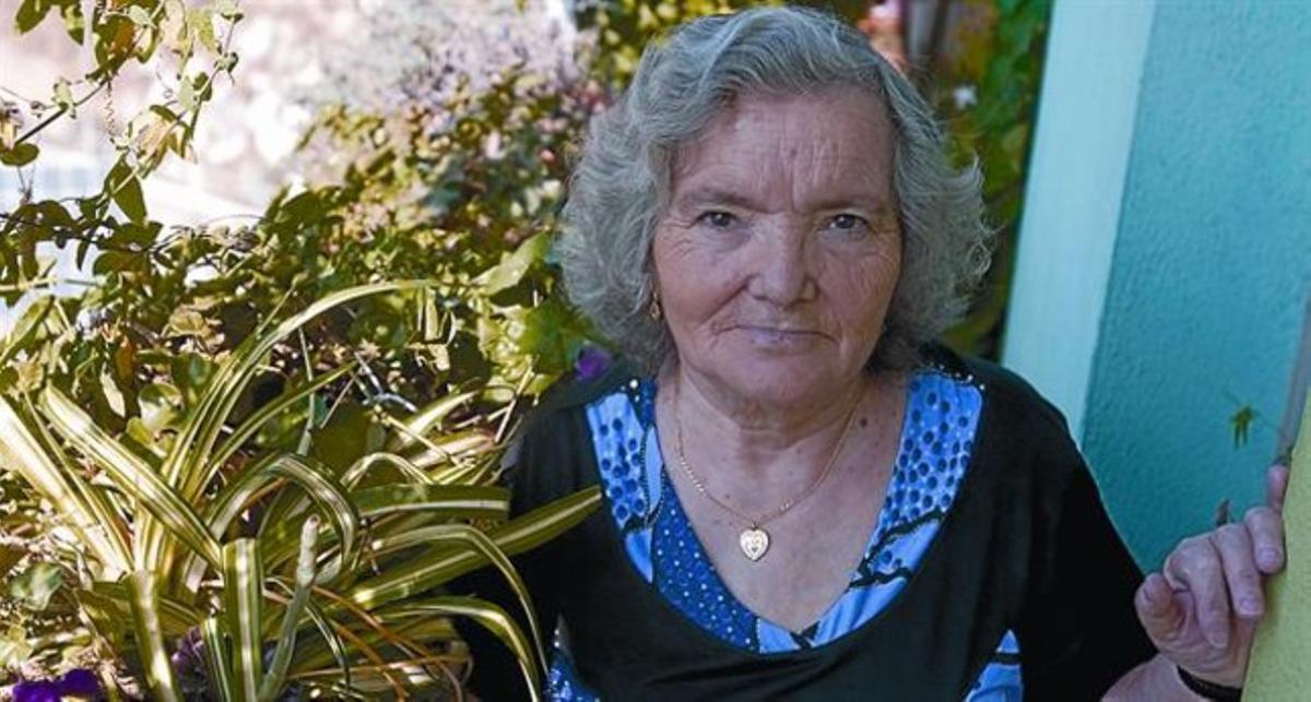 La infatigable Julia Aceituno, en el piso en que vive junto a su familia en Trinitat Nova, la semana pasada.
