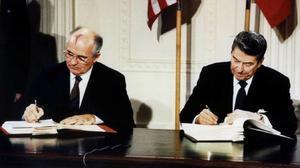 Mikhail Gorbarchov y Ronald Reagan durante la firma del tratado INF, en Washington en 1987.