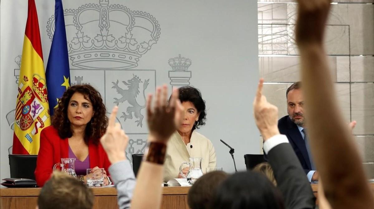 La ministra de Hacienda,Maria Jesus Montero, la ministra portavoz,Isabel Celaá, yel titular de Fomento,Jose Luis Ábalos, enrueda de prensa tras la reunion del Consejo de Ministros.