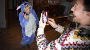 Christian graba a su abuela Rosa disfrazada de Stitch, el alien de Disney, en el piso de L'Hospitalet de donde salen los vídeos virales de @conbuenhumor.