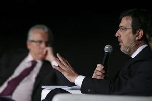 El juez Fernando Andreu (d), durante su intervención en un congreso sobre justicia universal organizado por la Fundación Baltasar Garzón (i).
