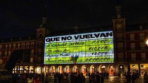 Proyección de imágenes de los 'papeles de Bárcenas' en la plaza Mayor de Madrid.