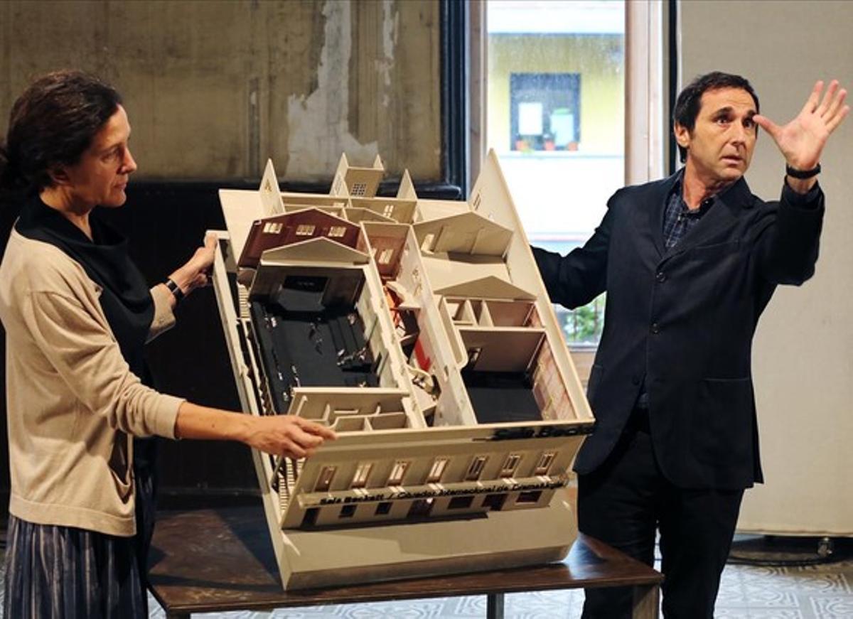 Los arquitectos Eva Prats y Ricardo Flores, con la maqueta de la nueva Sala Beckett, que tendrá su sede en Poblenou.