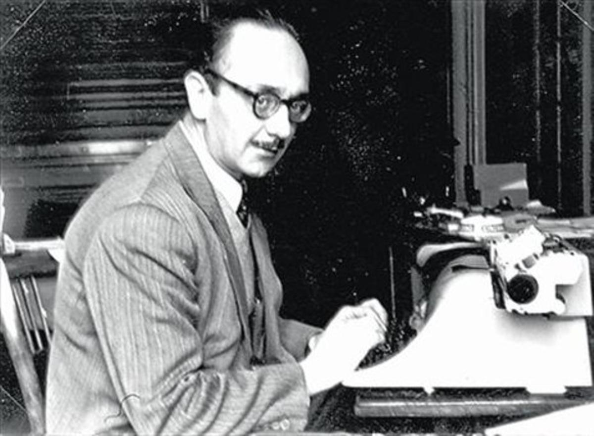 Joaquim Amat-Piniella, davant la màquina d'escriure.