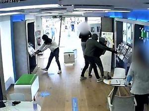 Los ladrones, captados por una cámara en un robo a una tienda de telefonía móvil.