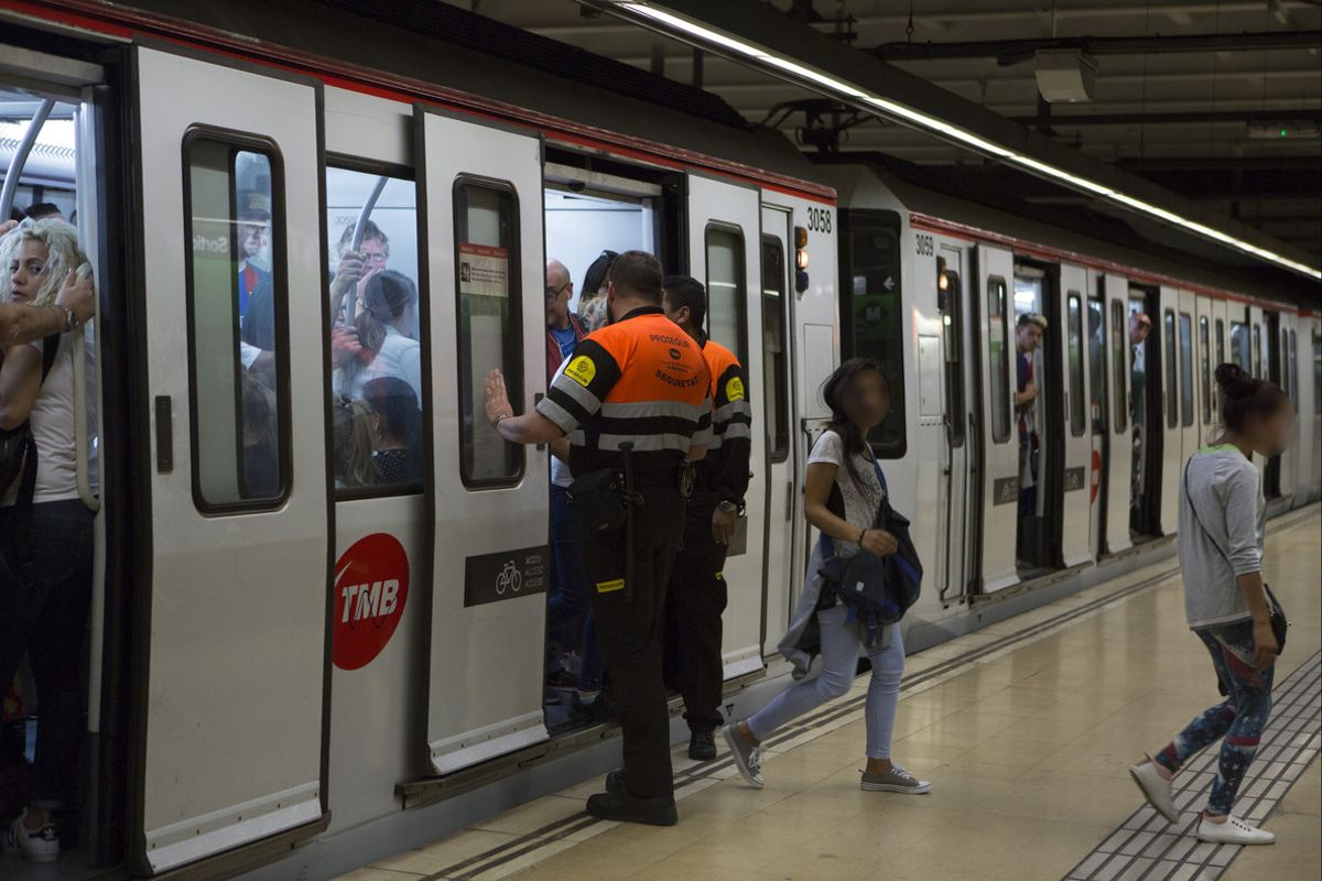 Dos agentes de seguridad obligan a bajar del metro a unas carteristas en la estación de Plaça del Centre.