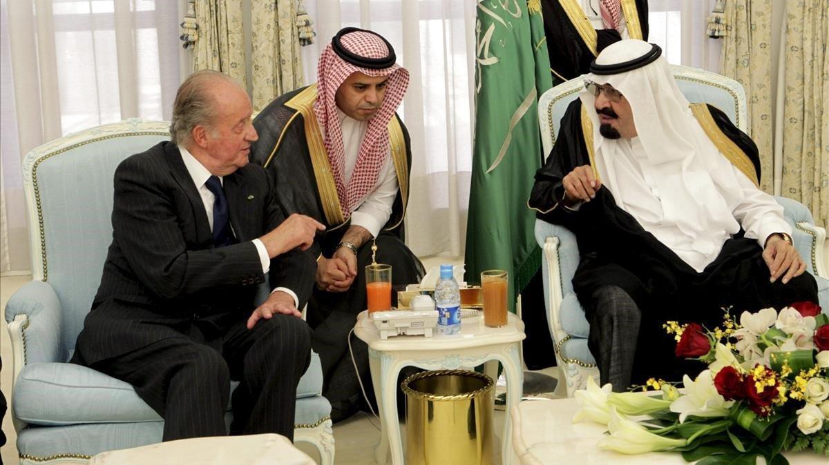 El rey Juan Carlos, con el fallecido rey de Arabia SaudíAbdalá bin Abdelaziz, en una imagen del 2012.