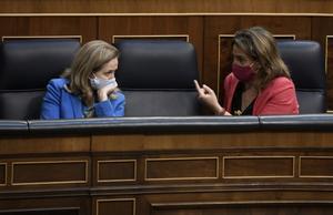 La vicepresidenta primera, Nadia Calviño, escucha a la vicepresidenta tercera, Teresa Ribera, en el pleno de Congreso, en mayo.