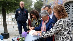 Los primos de Elio Ziglioli miran sus pertenencias, ante la 'consellera' de Justícia, Ester Capella.